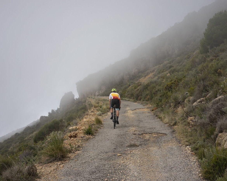 o nas, Andaluzja, kolarz we mgle w górach, foto Anna Tkocz