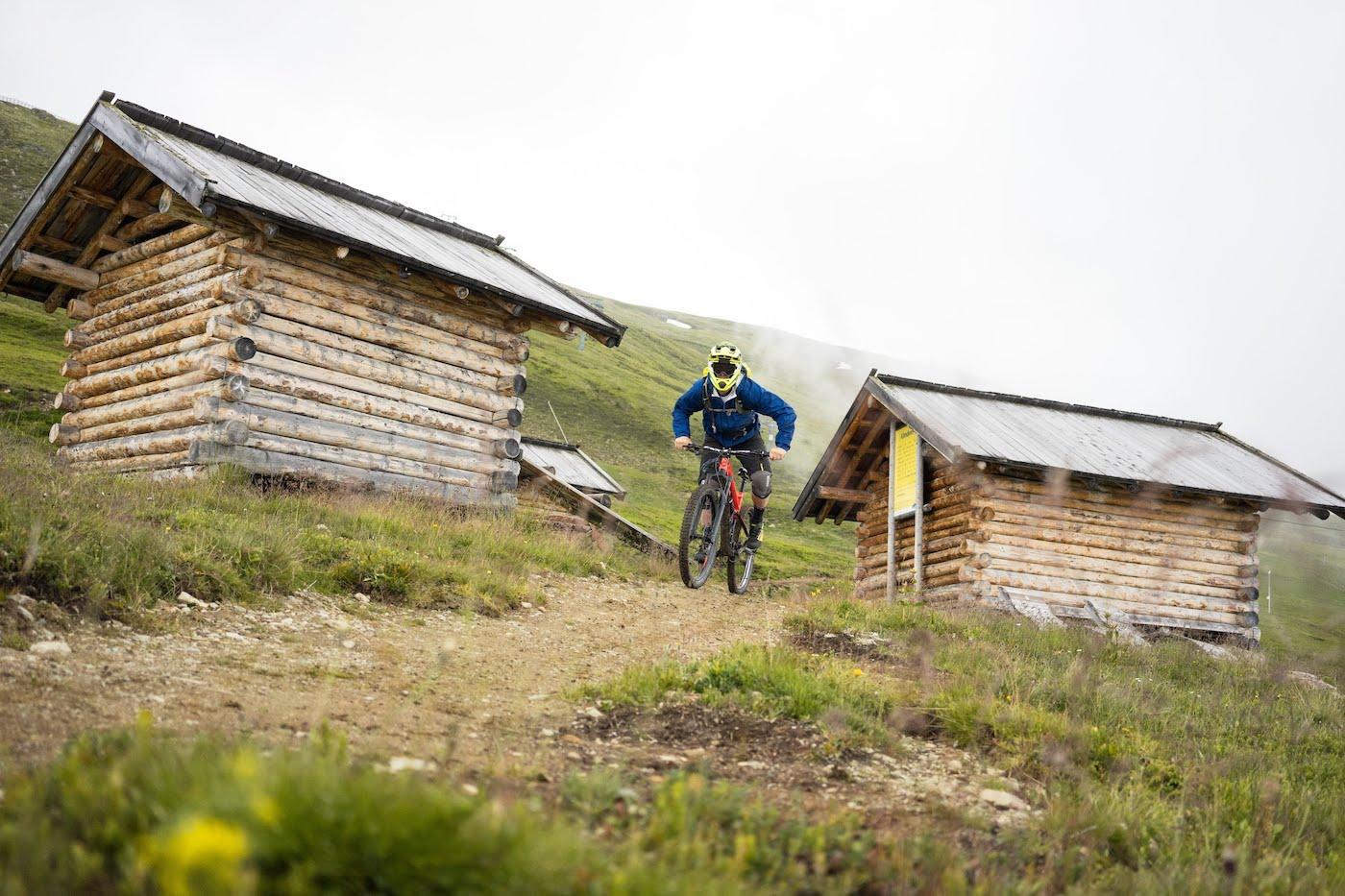 o nas, Serfaus Fiss Ladis, kolarz górski na szlaku w Alpach, foto Anna Tkocz