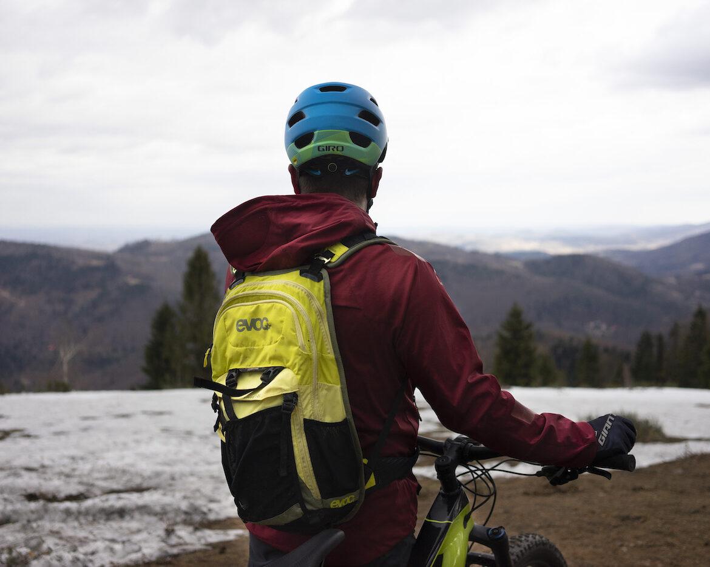 o nas Góra żar, mężczyzna patrzący na góry, foto Anna Tkocz